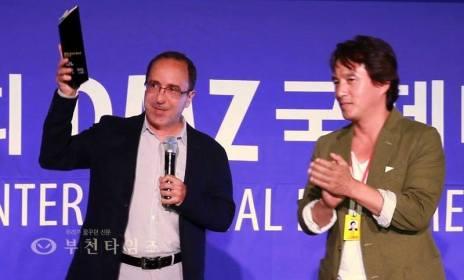 De droite à gauche: Jo Jae-hyeon (star du cinéma coréen et acteur fétiche de Kim Ki-duk) et Abbas Fahdel DMZ DOCS