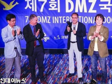 De droite à gauche: Jo Jae-hyeon (star du cinéma coréen et acteur fétiche de Kim Ki-duk), Abbas Fahdel, Jean- Pierre Rehm (directeur du FIDMarseille), Jeon Sung-kwon, directeur de DMZ DOCS