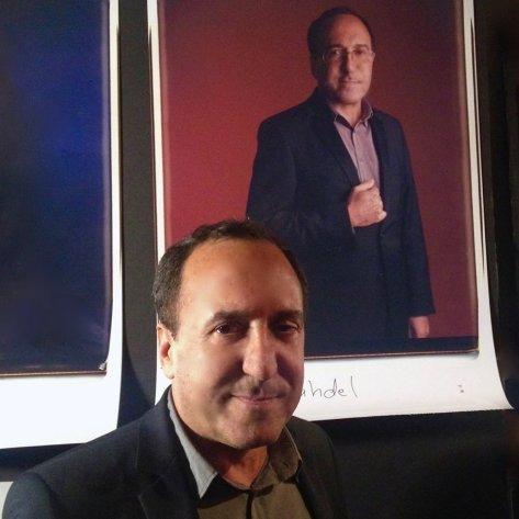 Abbas Fahdel pose devant son portrait en polaroid fait par le New York Film Festival pour une exposition au Film Society of Lincoln Center. Le portrait a été réalisé avec un prototype: un appareil qui fait les plus grands polaroids existants. Comme on ne fabrique plus de papier pour cet appareil, ce portrait est l'un des derniers de ce genre à avoir été réalisé.